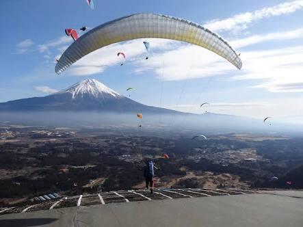 富士山に向かってパラグライダー